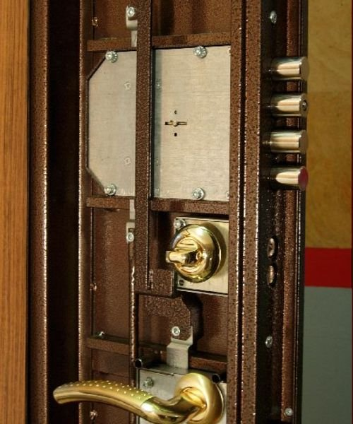 Установка замка металлической двери своими руками