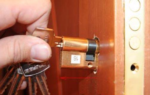 Замена замка в пластиковой двери своими руками